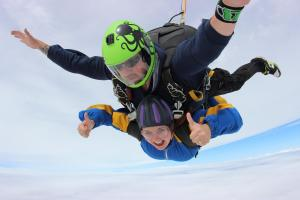 Winsford Guardian: Click here to meet the woman who jumped 10,000ft in memory of her dad